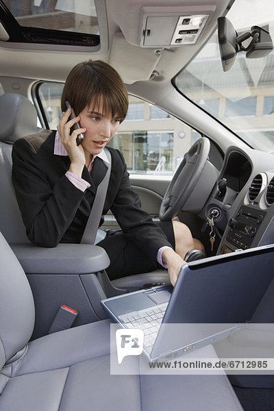 Geschäftsfrau  Notebook  Auto  tippen