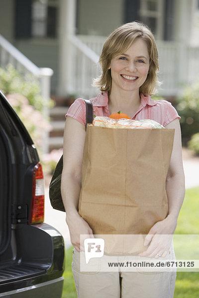Frau Tasche Lebensmittelladen halten