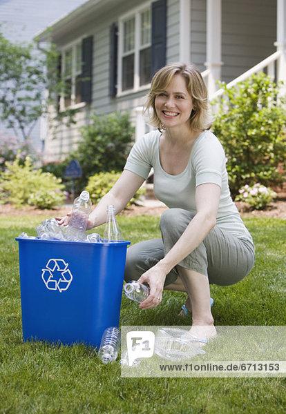 Frau Recycling füllen füllt füllend