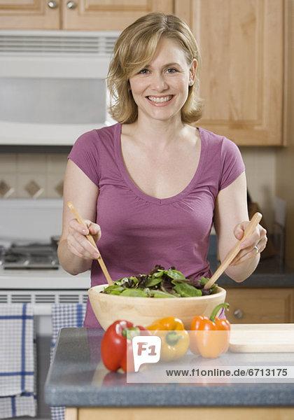 Frau  werfen  Küche  Salat