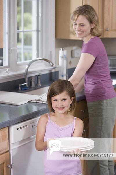 Mutter und Tochter Abwasch