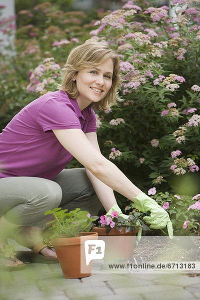 Frau Pflanze Gartenbau Topfpflanze