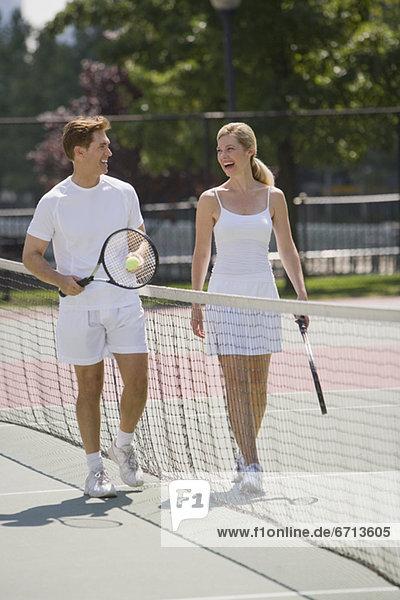 Paar auf Tennisplatz