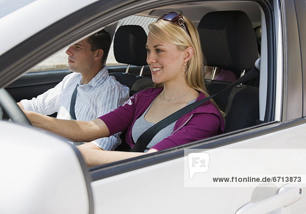 Paar in Auto fahren