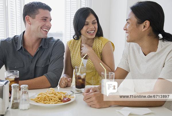 Freundschaft  Abendessen  multikulturell  essen  essend  isst