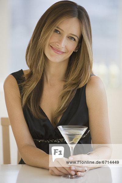 Frau drinking martini