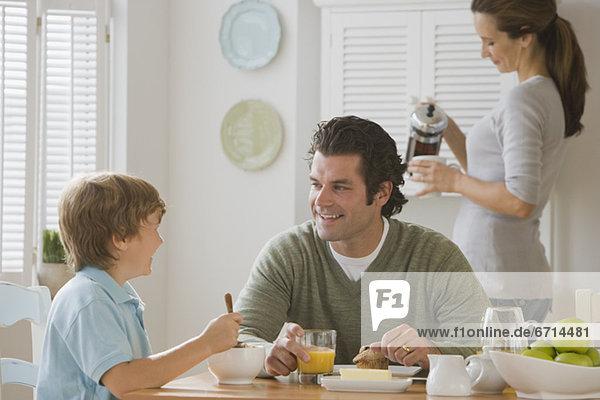 Menschlicher Vater  Sohn  Tisch  Frühstück