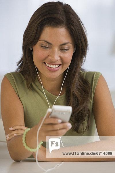 Frau  zuhören  Hispanier  Spiel  MP3-Player  MP3 Spieler  MP3 Player  MP3-Spieler