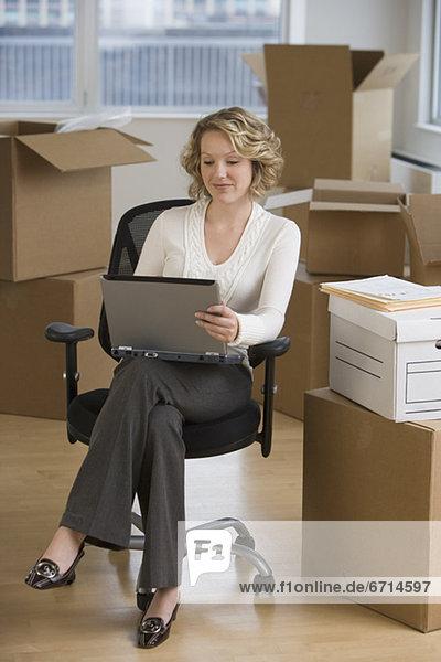 Geschäftsfrau arbeiten Büro neu