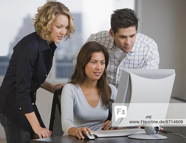 Computer  Wirtschaftsperson  sehen  multikulturell