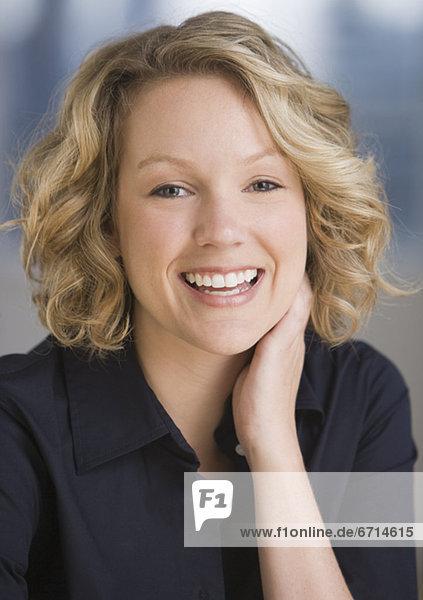 Lächelnde Frau im Freien