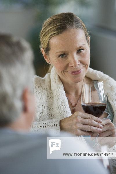 Frau hält Glas Wein
