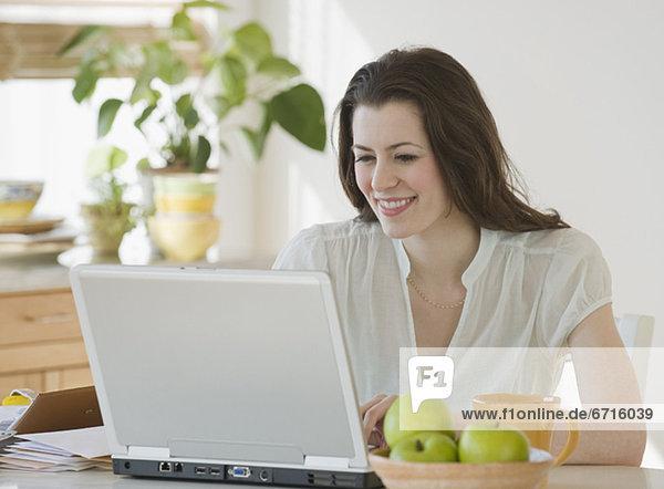 Frau blickt auf laptop