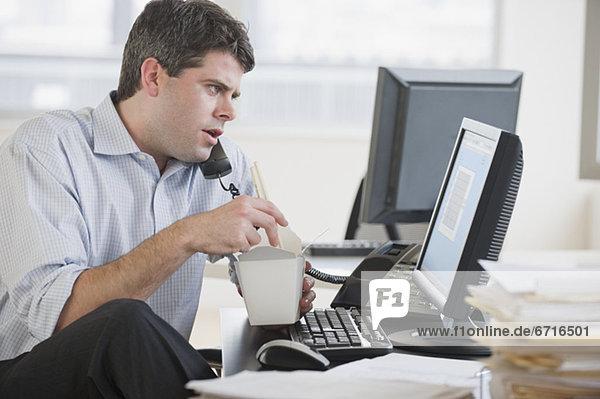 Schreibtisch  Geschäftsmann  Lebensmittel  ausführen  essen  essend  isst