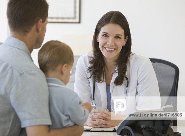 sprechen  Menschlicher Vater  Sohn  Arzt
