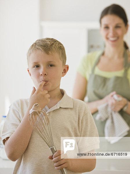 Junge - Person halten lecken Rührbesen