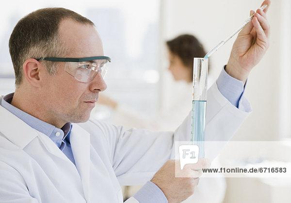 Wissenschaftler  flüssig  Maß  Phiole