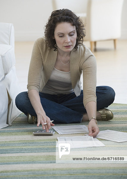 Frau  Boden  Fußboden  Fußböden  bezahlen  zahlen  Rechnung