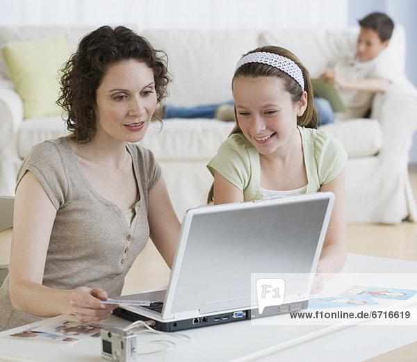 sehen Notebook Tochter Mutter - Mensch