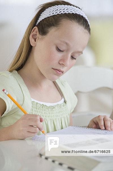 Mädchen Hausaufgabe