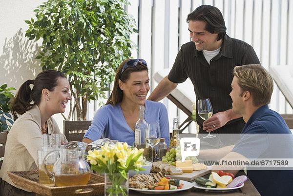 am Tisch essen Veranda