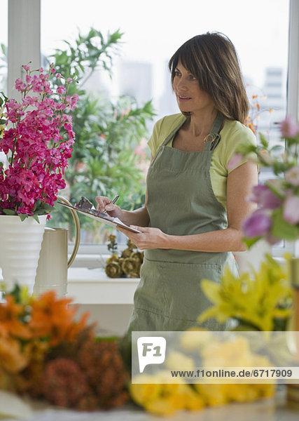 sehen  Klemmbrett  Blume  halten  Florist