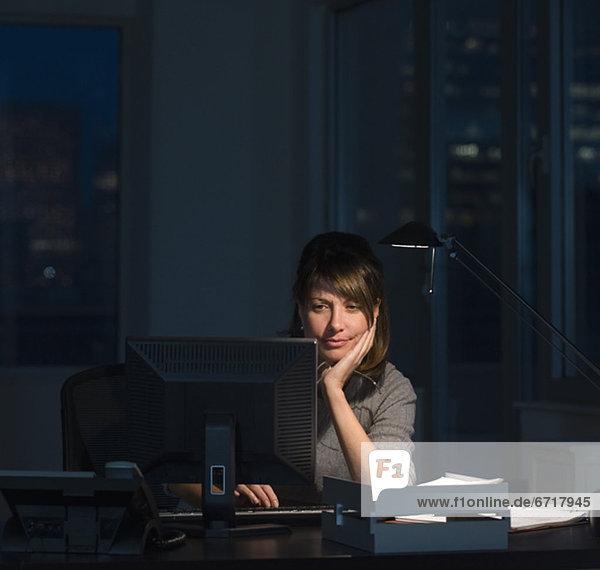 Geschäftsfrau  arbeiten  spät  Büro