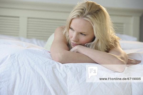 Frau Entspannung Bett