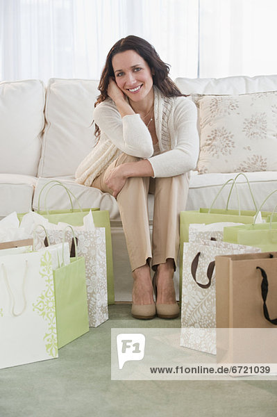 sitzend  Portrait  Frau  Couch  Tasche  kaufen