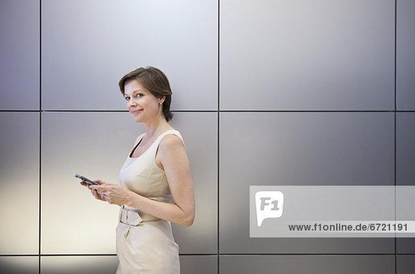 Handy  Portrait  Geschäftsfrau  halten  reifer Erwachsene  reife Erwachsene  Kurznachricht