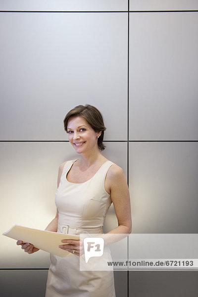 Portrait  Geschäftsfrau  halten  reifer Erwachsene  reife Erwachsene