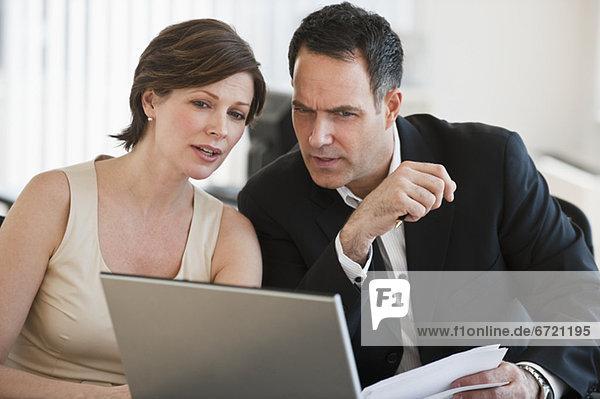Zusammenhalt  Geschäftsfrau  Geschäftsmann  arbeiten  reifer Erwachsene  reife Erwachsene  Büro