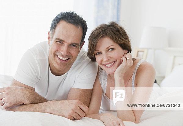 Portrait lächeln Bett reifer Erwachsene reife Erwachsene