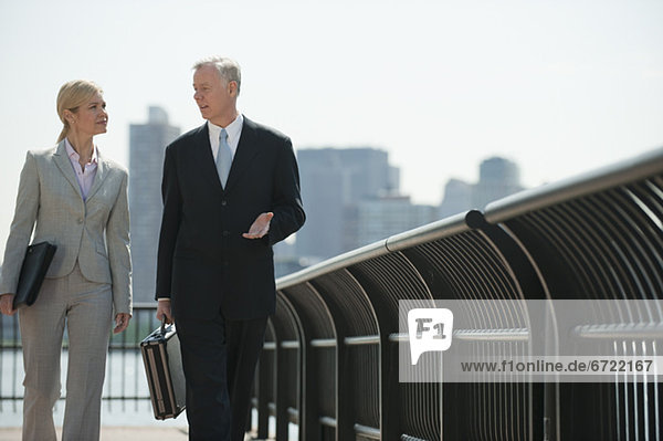Außenaufnahme  Mensch  zwei Personen  Menschen  gehen  2  Business  freie Natur Außenaufnahme ,Mensch ,zwei Personen ,Menschen ,gehen ,2 ,Business ,freie Natur