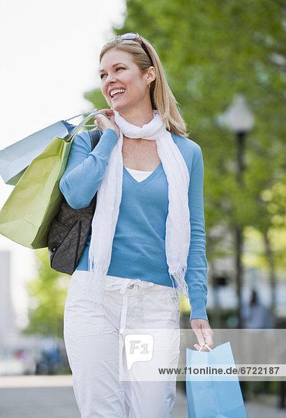 Frau mit Einkaufstüten Frau mit Einkaufstüten