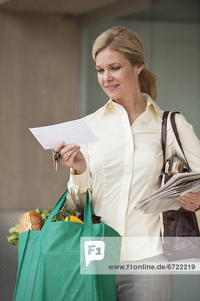 Frau  sehen  Tasche  Lebensmittelladen  Post Frau ,sehen ,Tasche ,Lebensmittelladen ,Post