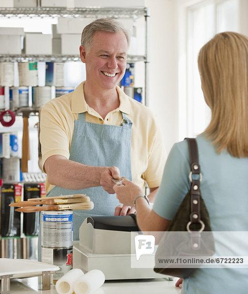 Frau kaufen Farbe Farben bemalen Frau,kaufen,Farbe,Farben,bemalen