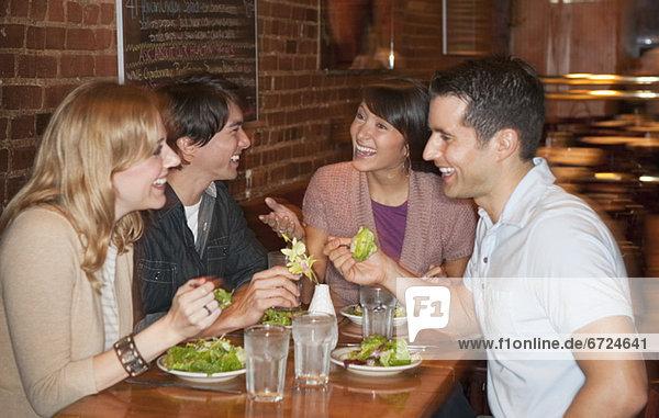 Freundschaft  Restaurant  essen  essend  isst