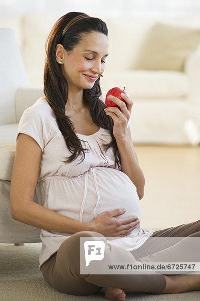 Frau Schwangerschaft Apfel essen essend isst