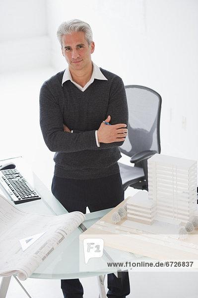 hinter  stehend  Schreibtisch  Architekt