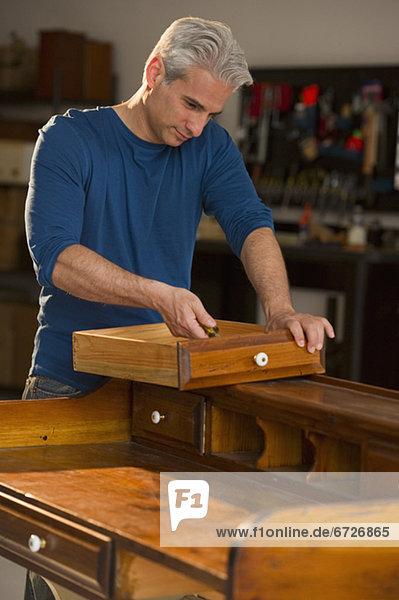 befestigen Handwerker Möbel Stück