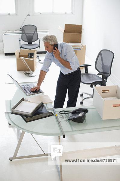 Geschäftsmann arbeitet in neuem Büro
