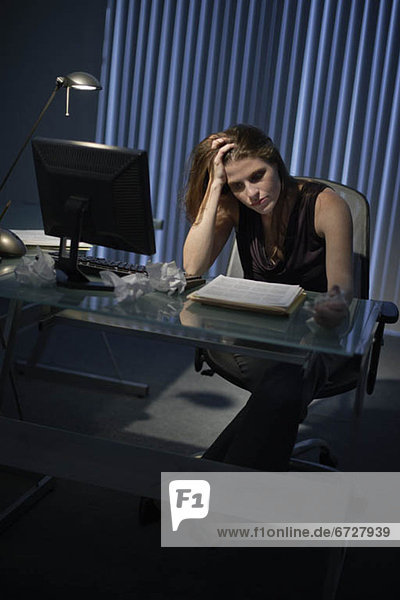Frau  Erschöpfung  arbeiten  spät  Büro