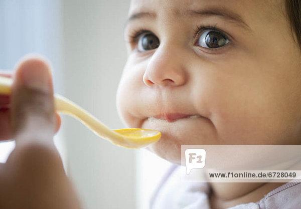 Löffel , Kunststoff , essen,  essend,  isst , Mädchen , Baby