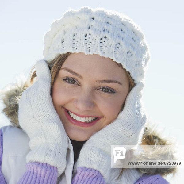 Vereinigte Staaten von Amerika  USA  Portrait  Frau  Hut  weiß  jung  Kleidung  stricken  Jersey City  New Jersey