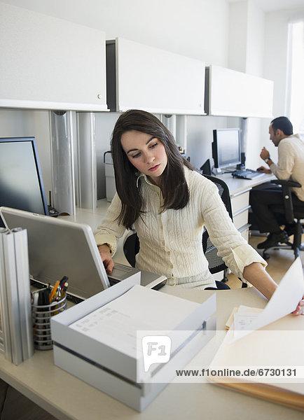 Frau  Mann  Büro  arbeiten  Business