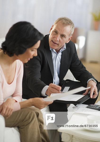 Frau sprechen Finanzen Rat