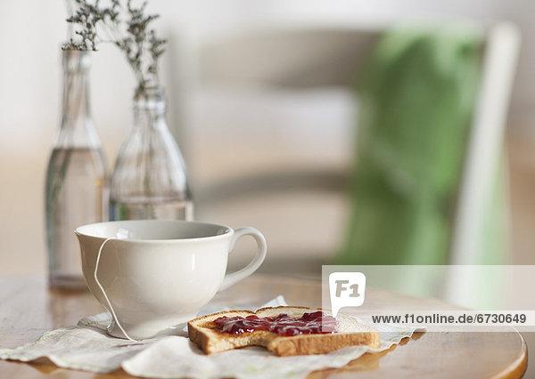 Tasse  Toastbrot  Marmelade  Tee