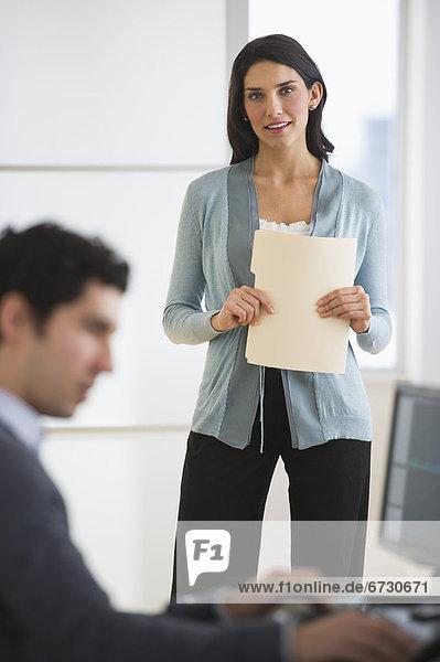 Geschäftsmann und Frau in office