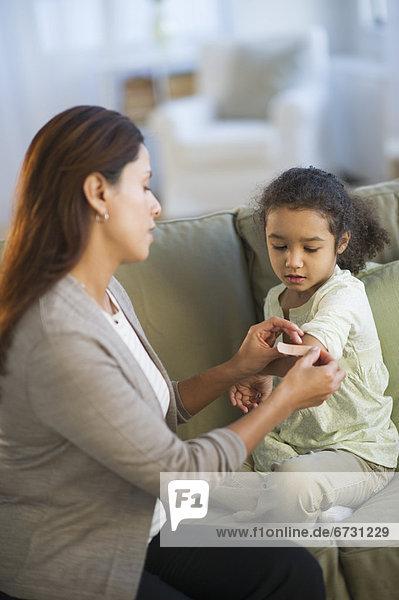 Vereinigte Staaten von Amerika USA eincremen verteilen 5-9 Jahre 5 bis 9 Jahre Mutter - Mensch auftragen